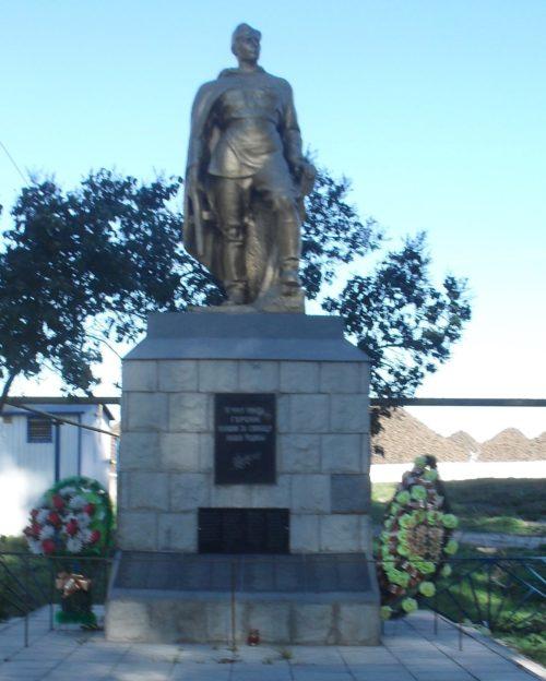 п. им. Куйбышева Рыльского р-на. Памятник, установленный в 1961 году на братской могиле, в которой похоронено 132 советских воина.