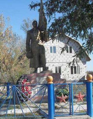 с. Малогнеушево Рыльского р-на. Памятник, установленный в 1953 году на братской могиле, в которой захоронено 58 советских воинов, в т.ч. 32 неизвестных.