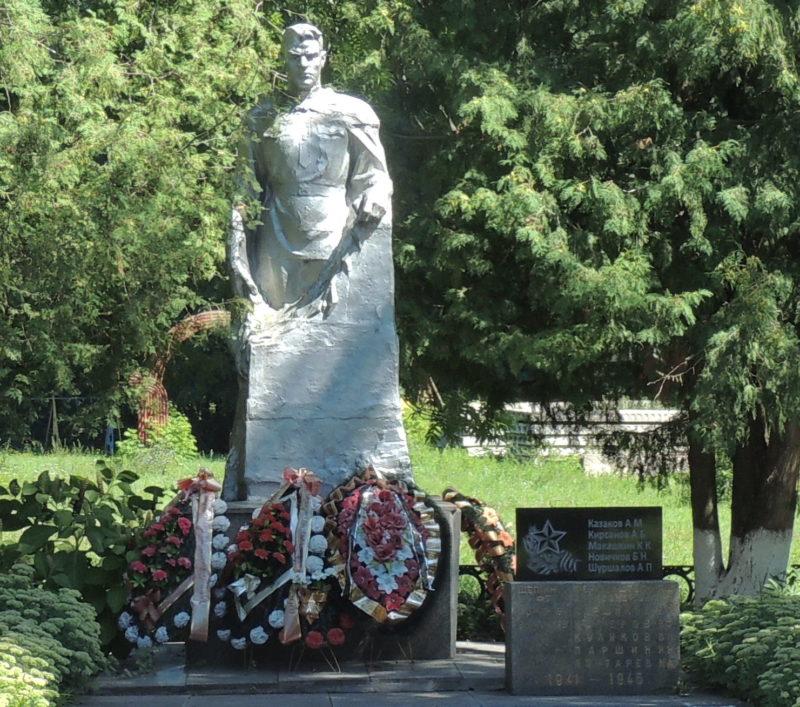 п. сан. «Марьино» Рыльского р-на. Памятник, установленный на братской могиле, в которой захоронено 10 советских воинов.