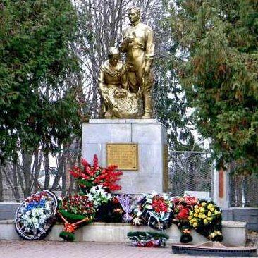 г. Рыльск. Памятник, установленный в 1958 году на братской могиле, в которой захоронено 2007 советских воинов, в т.ч. 1932 неизвестных.
