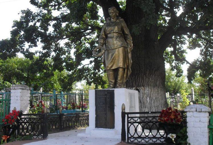 г. Рыльск. Памятник на кладбище, установленный на братской могиле, в которой захоронено 30 советских воинов.