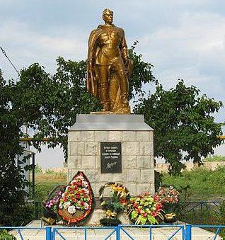 п. Сахарного завода им. Куйбышева Рыльского р-на. Памятник, установленный на братской могиле, в которой захоронено 136 советских воинов.