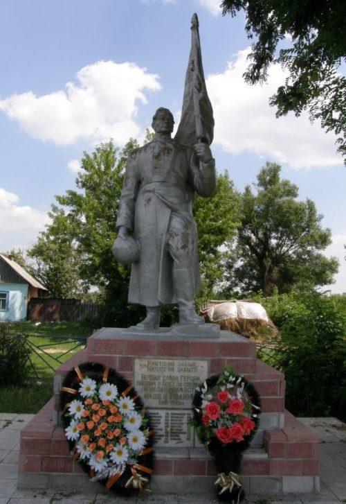 с. Семеново Рыльского р-на. Памятник, установленный на братской могиле, в которой захоронено 285 советских воинов.