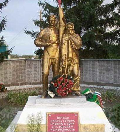с. Степановка Рыльского р-на. Памятник, установленный на братской могиле, в которой захоронено 55 советских воинов.