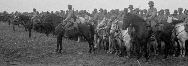 Парад конников в поселке Шуньга в честь Дня Кавалерии. 1942 г.