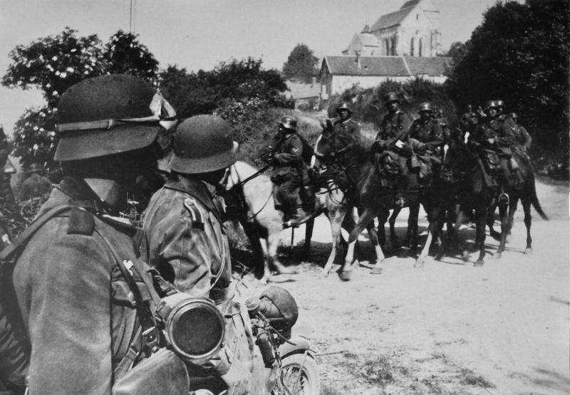 Кавалеристы пехотной дивизии Вермахта на окраине села во Франции. Май 1940 г.