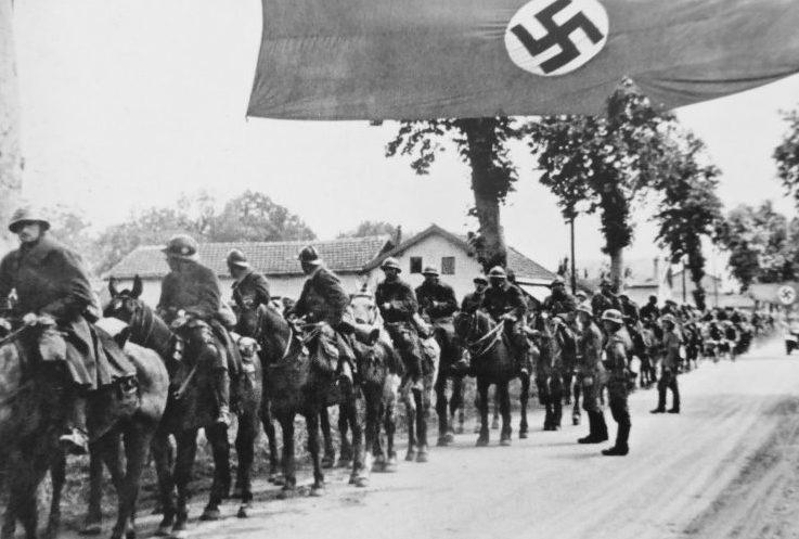 Пленные французские кавалеристы в деревне в восточной Франции. Июнь 1940 г.