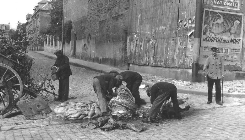 Местные жители разделывают убитую лошадь на еду. Нормандия, Франция, 1944 г.
