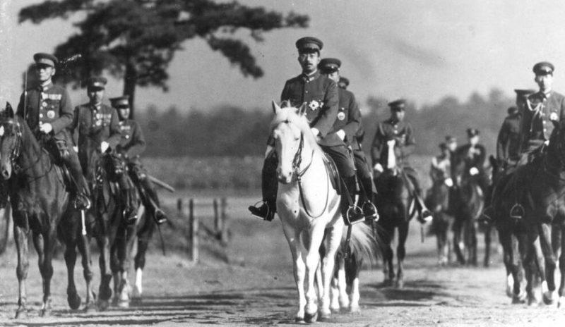 Император Хирохито с конной охраной. Январь 1940 г.
