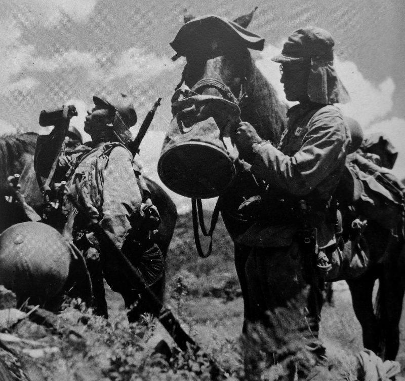 Кавалеристы японской армии на привале во время марша в китайской провинции Хунань. 1941 г.