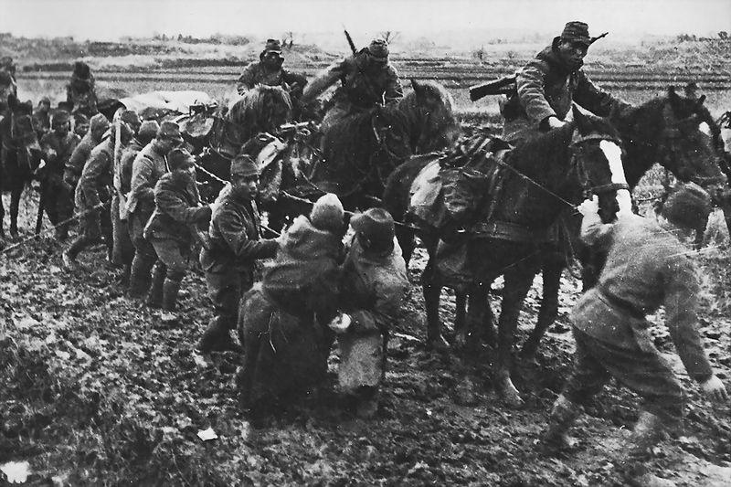 Конный обоз на бездорожье. 1942 г.