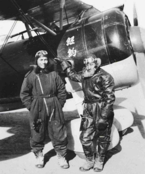 Американский пилот китайских ВВС Артур Чин (справа) у истребителя И-15бис на аэродроме. 1939 г.