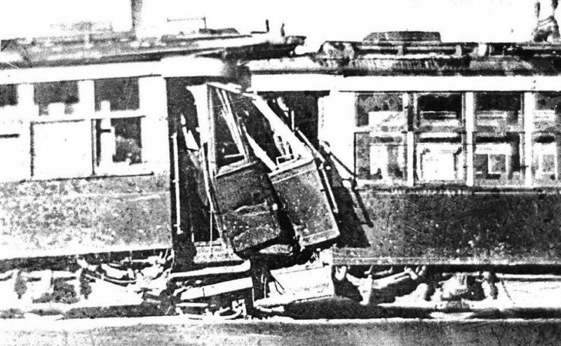 Баррикада в городе из трамвайных вагонов.