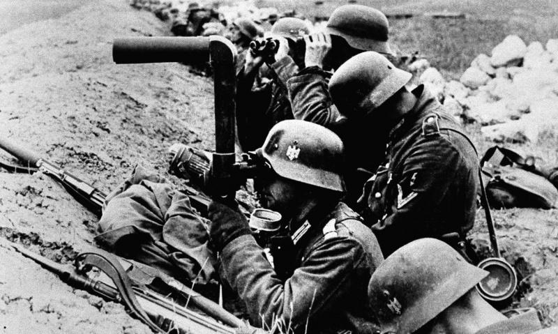 Немецкие солдаты в траншее на Перекопском перешейке.