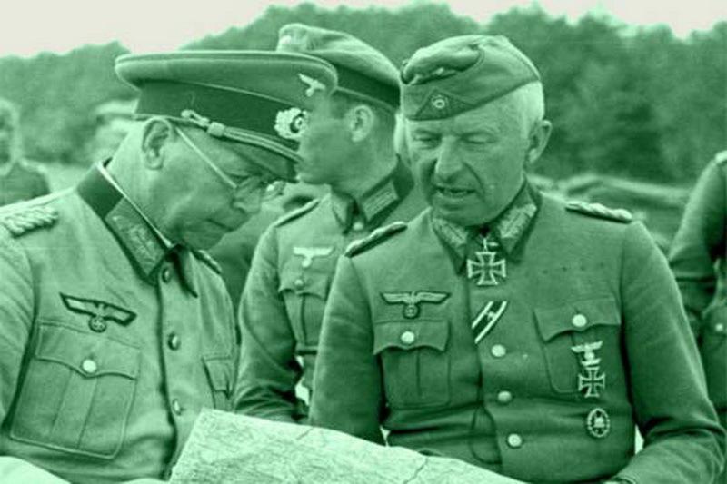 Командир 8-й танковой дивизии Эрих фон Бранденбергер (слева) и командир 56-го моторизованного корпуса Эрих фон Манштейн.