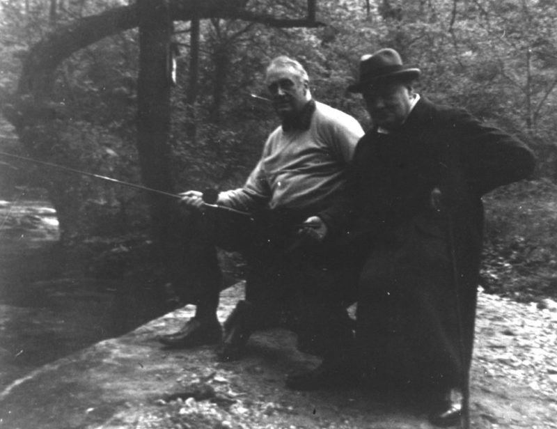 Рузвельт и Черчилль ловят рыбу в Шангри-Ла между дискуссиями на конференции.