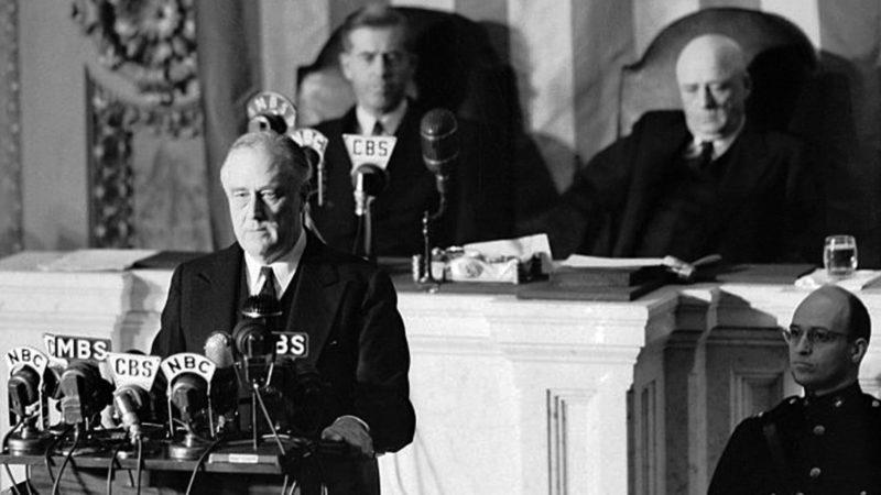 Рузвельт произносит «речь позора» перед Конгрессом.