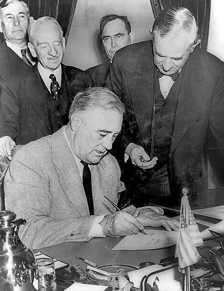Президент Рузвельт подписывает резолюцию об объявление войны Германии.