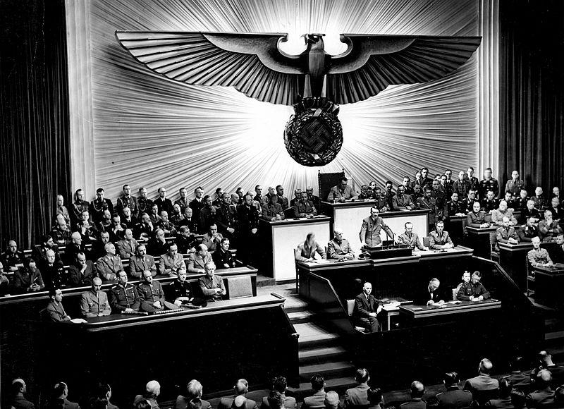 Гитлер в рейхстаге объявляет войну США.