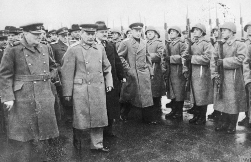Уинстон Черчилль и Иосиф Сталин осматривают почетный караул Красной Армии в московском аэропорту, 9 октября 1944 года.