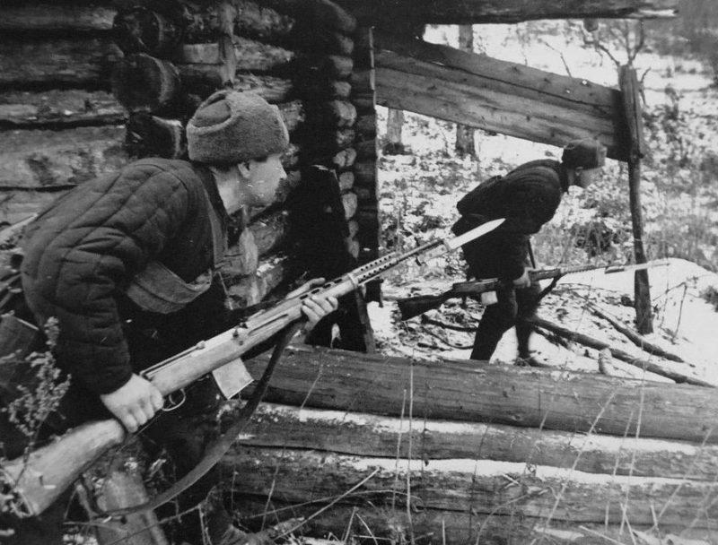 Бойцы народного ополчения в бою.