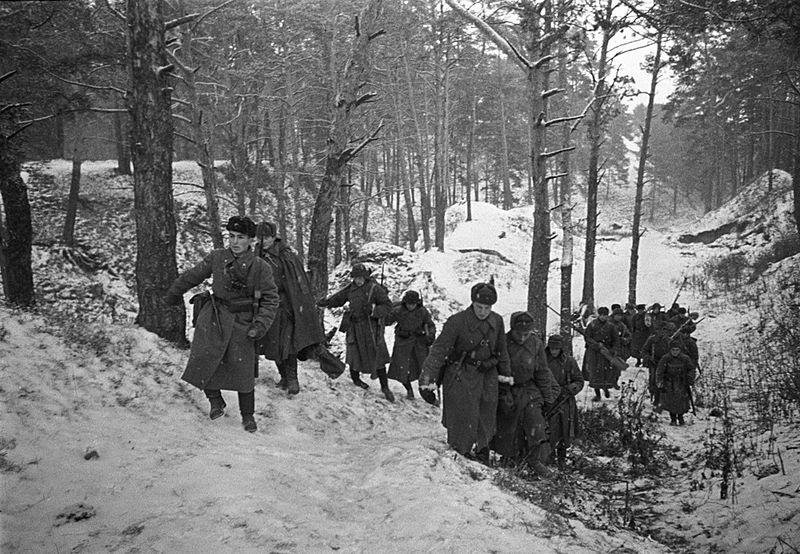 Бронебойщики выходят на огневую позицию в районе Звенигорода.