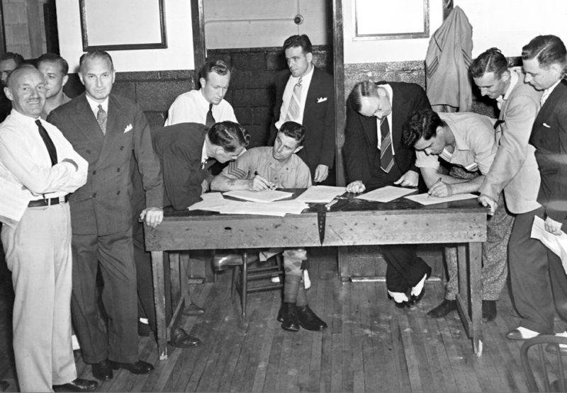 Запись добровольцев на войну. Торонто 1939 г.