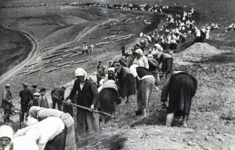 Горожане на строительстве оборонительного рубежа у Тулы.