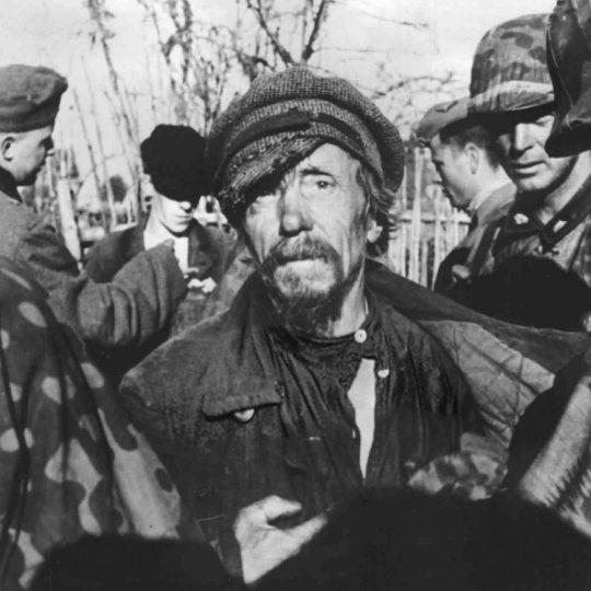 Солдаты дивизии СС «Тотенкопф» проводят обыск и селекцию пленных в районе Демянска. Сентябрь 1941 г.