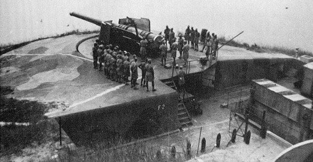 Индийские артиллеристы у 9,2-дюймового орудия на батарее Mount Davis.