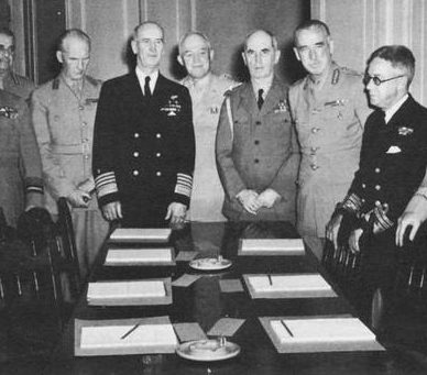 Военные участники переговоров.
