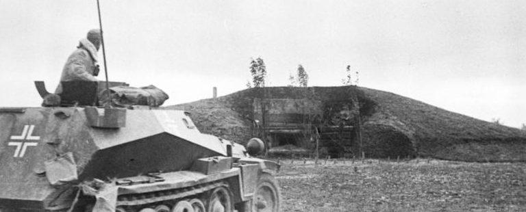 Немецкий бронетранспортер у захваченного ДОТа.