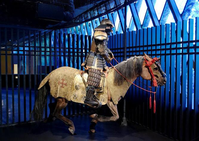 Лошадь (среднего типа) самурая в доспехах.