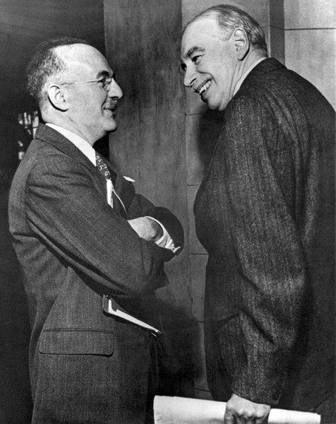 Гарри Декстер Уайт, представлявший на конференции США (слева), и Джон Мейнард Кейнс, представлявший Великобританию, на Бреттон-Вудской конференции.