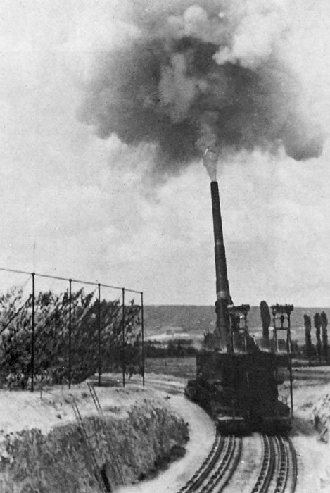 Сверхтяжёлое 800-мм орудие «Дора» обстреливает Севастополь.