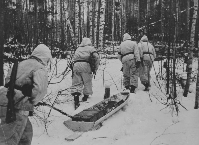Солдаты дивизии СС «Мертвая голова» доставляют боеприпасы на волокуше в котле.