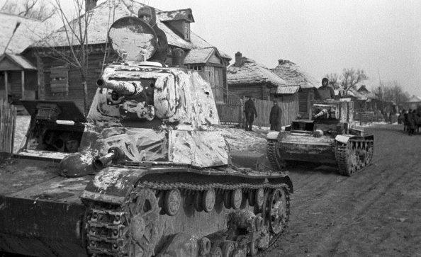 Советские танки Т-26 выдвигаются на оборону Москвы.