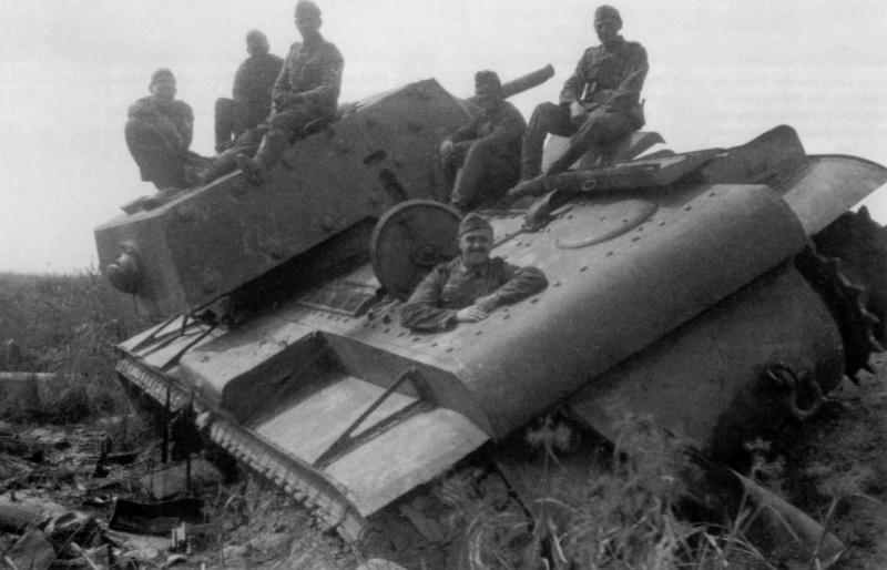 Немецкие солдаты на броне подбитого под Старой Руссой советского танка КВ-1.
