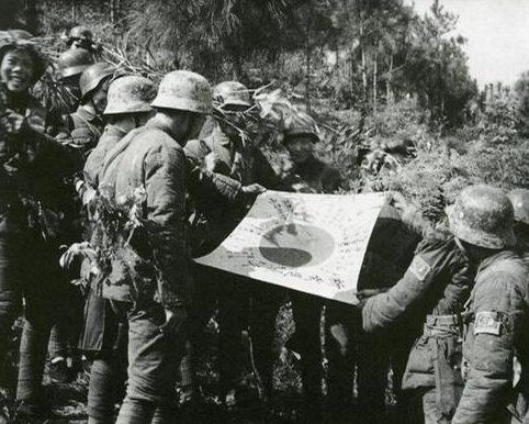 Китайские солдаты с захваченным японским флагом. Перевал Куньлунь, декабрь 1939 г.
