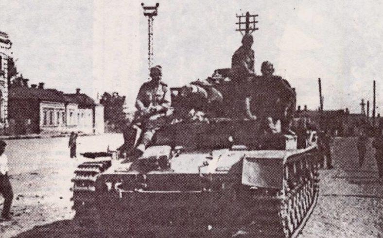 Советские танки входят в город.
