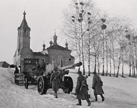 Советская артиллерия на марше.