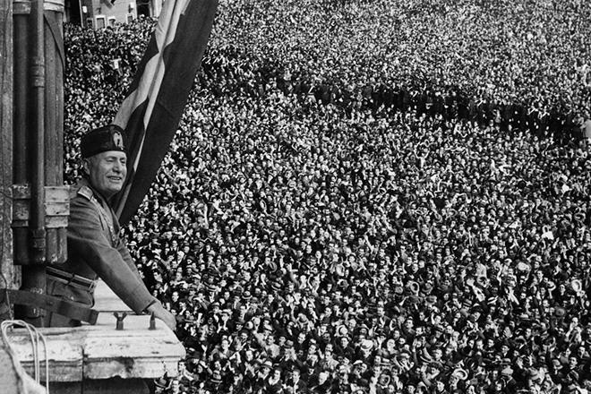 Бенито Муссолини на площади Пьяцца Венеция объявляет войну США.
