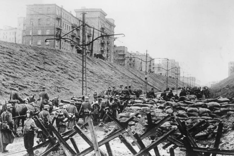 Захваченные немцами баррикады в Харькове.