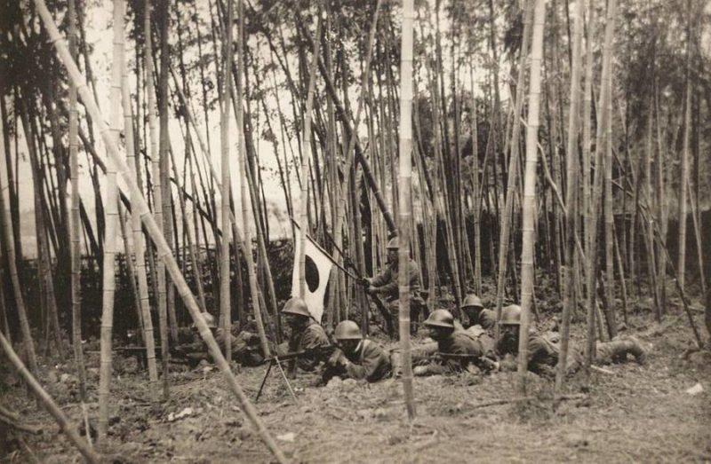 Японские солдаты пробираются через бамбуковый лес. Цзянвань, февраль 1932 г.