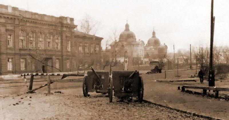 Брошенные советские орудия в городе.