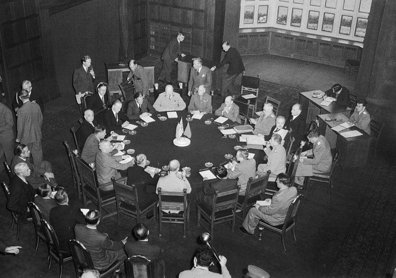 Зал заседаний в годы войны и сегодня.