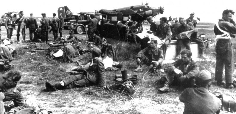 Раненые солдаты Вермахта на полевом аэродроме в Орше. Июль 1941 г.