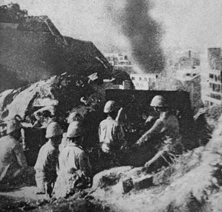 Японская артиллерия ведет огонь по Гонконгу.