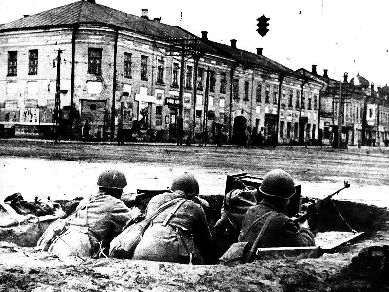 Защитники города на перекрестке улиц Советской и Коммунаров.