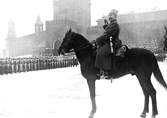 Маршал Семён Будённый принимает военный парад.